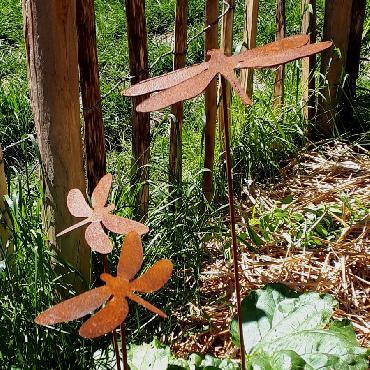 Petite libellule à piquer en fer rouillé