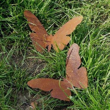 Grand papillon avec pique en fer rouillé
