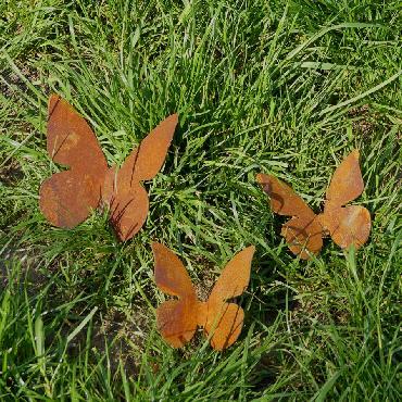 Papillon moyen avec pique en fer rouillé