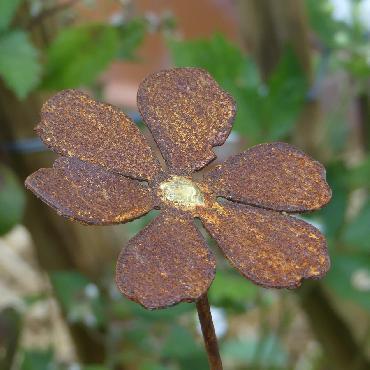 Petite fleur à piquer en fer rouillé