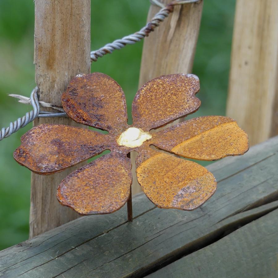 Petite fleur avec pique en fer rouillé