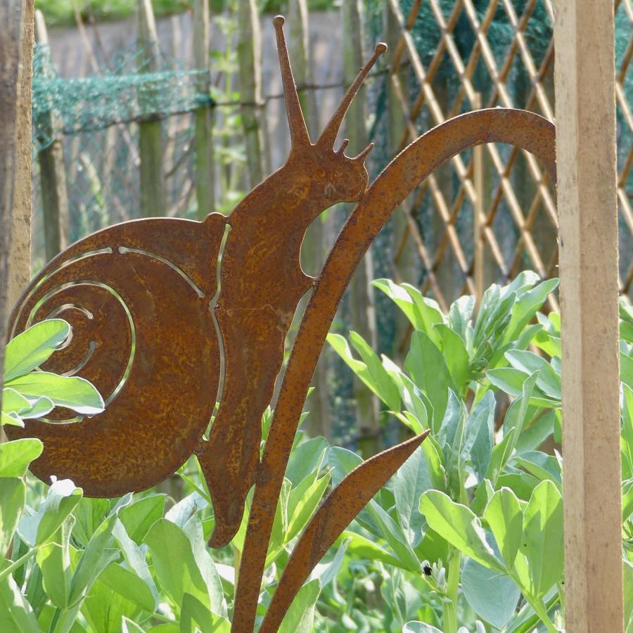 Escargot sur feuille à piquer en fer rouillé