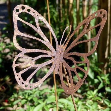 Papillon avec ailes découpées à piquer en fer rouillé