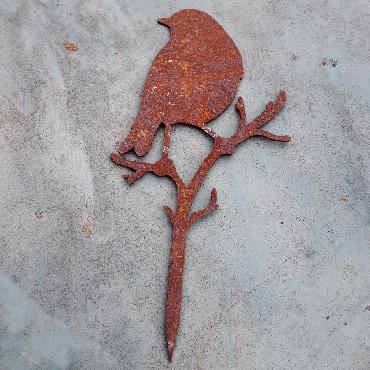 Grand oiseau mésange debout sur branche avec pique en fer rouillé