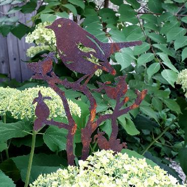 Oiseau sur branche de rosier avec pique en fer rouillé