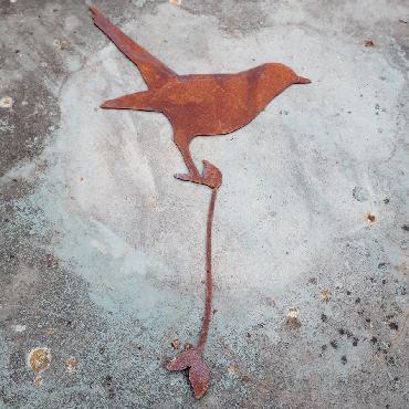 Oiseau merle debout avec tige de fixation en fer rouillé