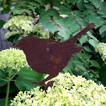 Oiseau roitelet debout avec tige de fixation en fer rouillé