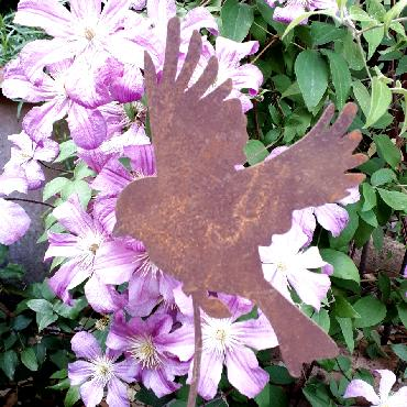 Oiseau volant avec tige de fixation en fer rouillé