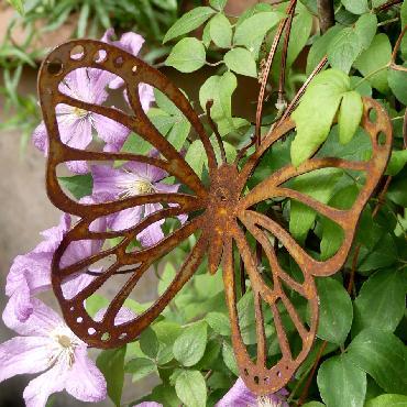Petit papillon avec ailes découpées à piquer en fer rouillé