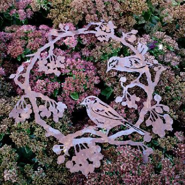Grande couronne plate avec oiseaux et baies à poser ou à suspendre en fer rouillé