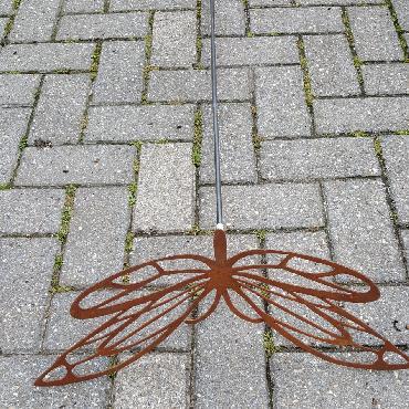 Grand papillon avec ailes découpées à piquer en fer rouillé