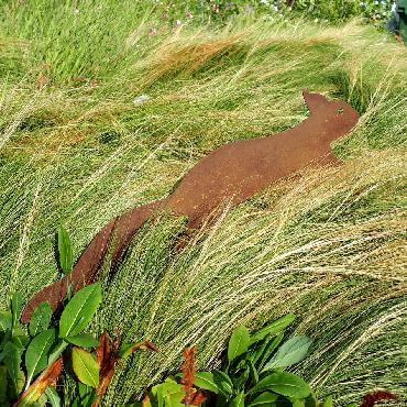 Ecureuil qui court à visser en fer rouillé