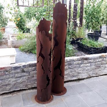 Grande et petite colonne de feu à poser en fer rouillé