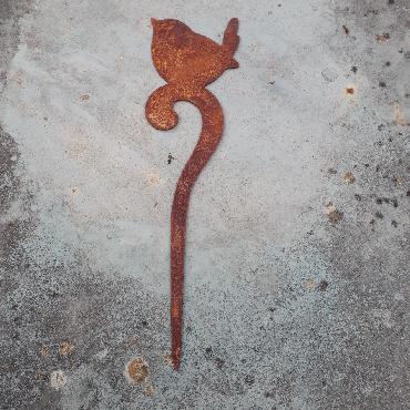 Petit oiseau sur crosse à piquer en fer rouillé