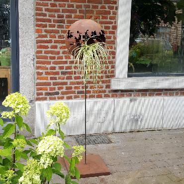 Sphère décorative sur pied à poser en fer rouillé