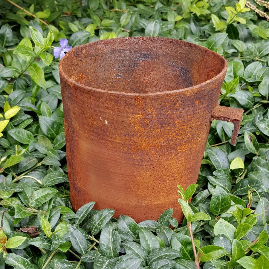 Petit pot rond avec crochet à poser ou à suspendre en fer rouillé