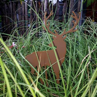 Petit cerf à piquer en fer rouillé