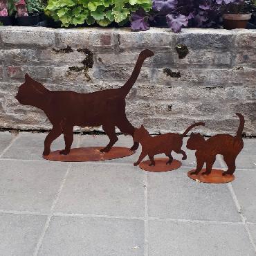Chat et chatons qui se promènent à poser en fer rouillé