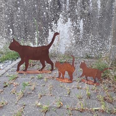 Duo de chatons et chat qui se promènent à poser en fer rouillé