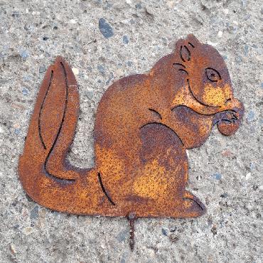 Ecureuil assis avec noisette à visser en fer rouillé