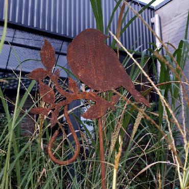 Gros oiseau sur branche avec crochet à piquer en fer rouillé