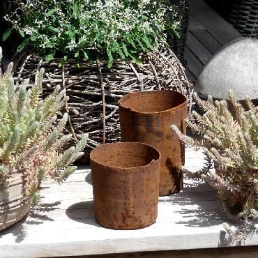 Petit et grand pots ronds à poser en fer rouillé