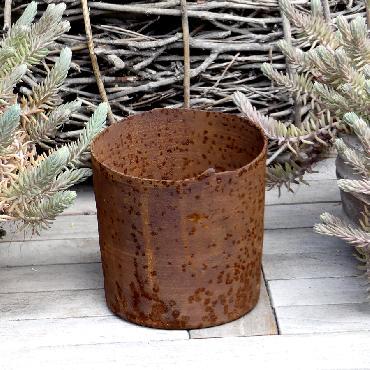 Petit pot rond à poser en fer rouillé