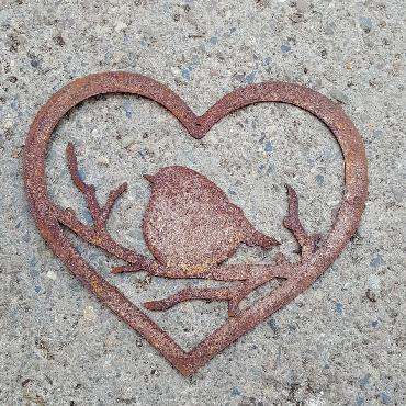 Coeur oiseau sur branche à poser ou à suspendre en fer rouillé