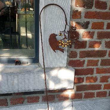 Oiseau sur branche courbée avec dorure à piquer en fer rouillé