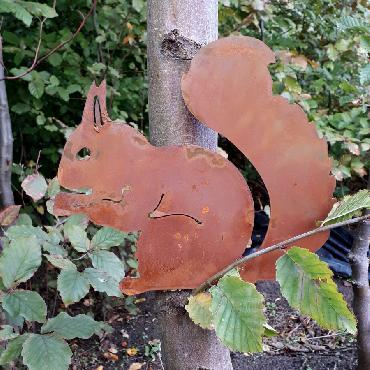 Ecureuil assis à visser en fer rouillé