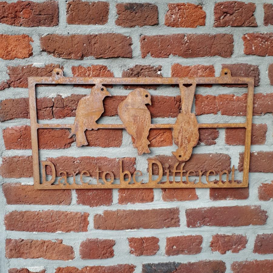 Décoration murale dare to be different à fixer ou à poser en fer rouillé