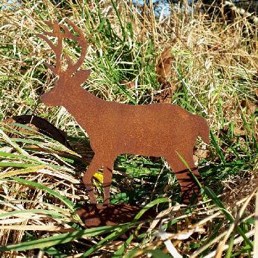 Petit cerf qui marche à poser en fer rouillé