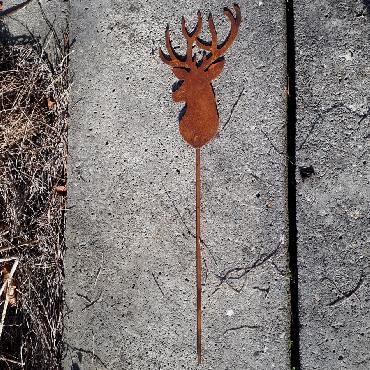Petite tête de cerf à piquer en fer rouillé