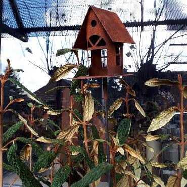 Petite mangeoire oiseaux section ronde toit à 2 versants à piquer en fer rouillé