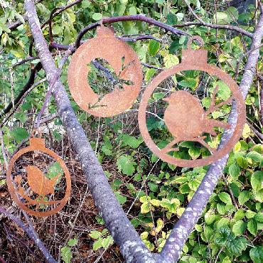 Boule Noël oiseau baies branche pleine et ouverte diamètre 10 cm à suspendre en fer rouillé