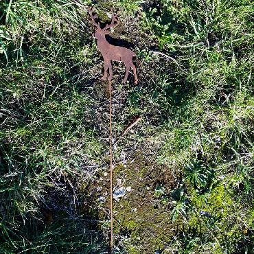 Petit cerf qui marche à piquer en fer rouillé