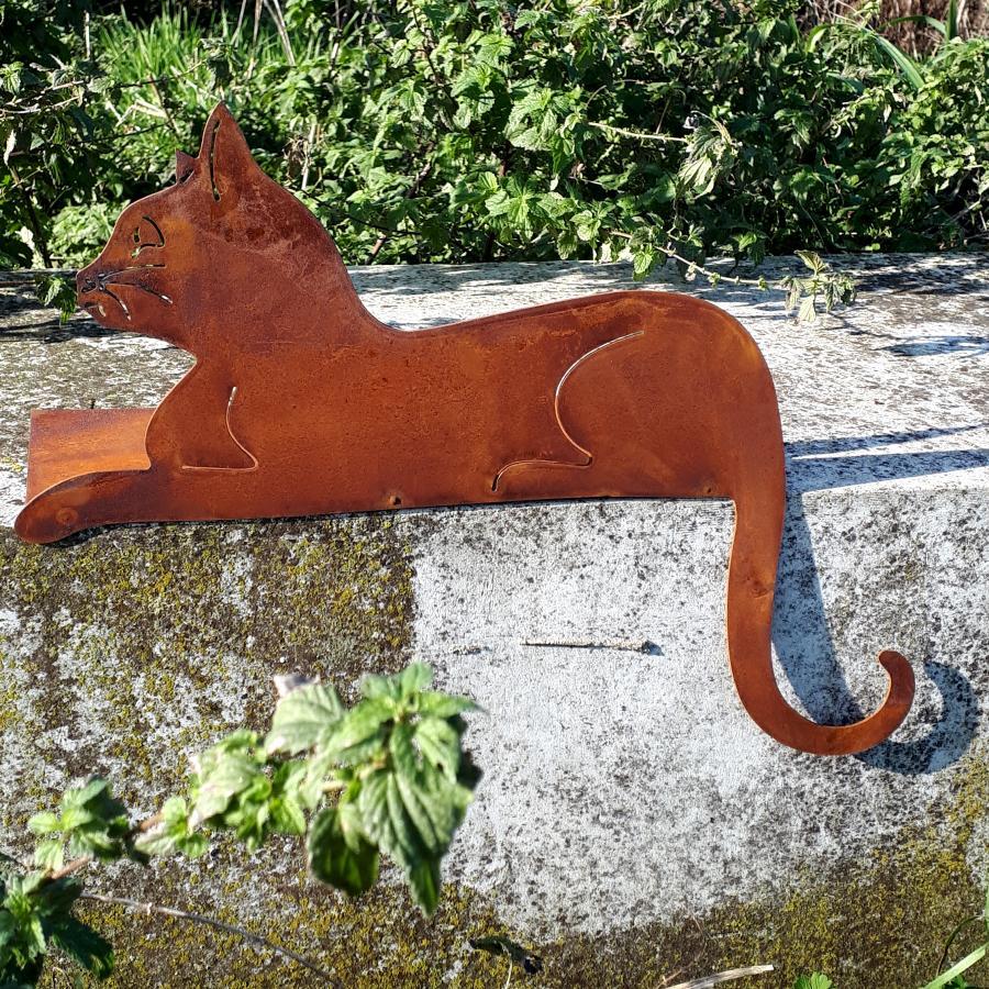 Chat couché tête vers le haut à poser en fer rouillé