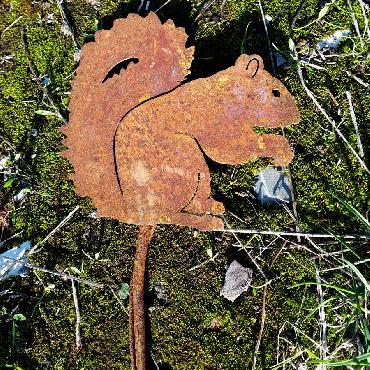 Ecureuil à piquer en fer rouillé