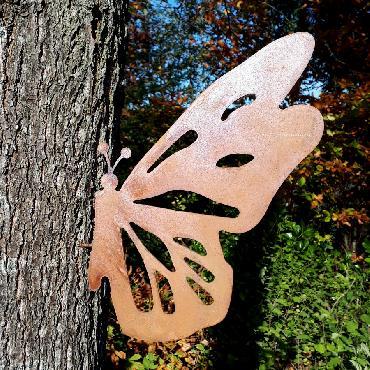 Papillon avec ailes découpées à visser en fer rouillé