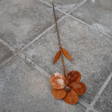 Fleur anémone à piquer en fer rouillé