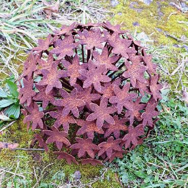 Petite fleur d'ail diamètre 22cm à piquer en fer rouillé