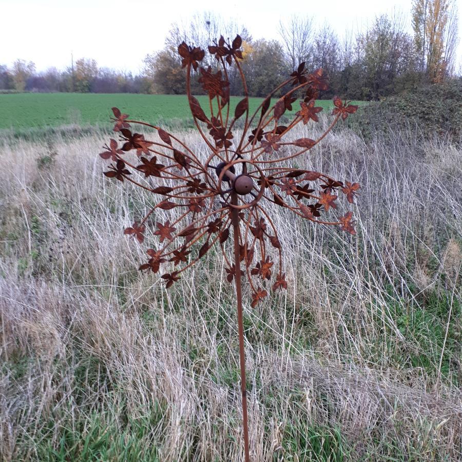 Eolienne papillons et fleurs diamètre 55cm à piquer en fer rouillé