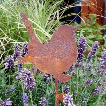 Oiseau troglodyte assis avec tige de fixation en fer rouillé