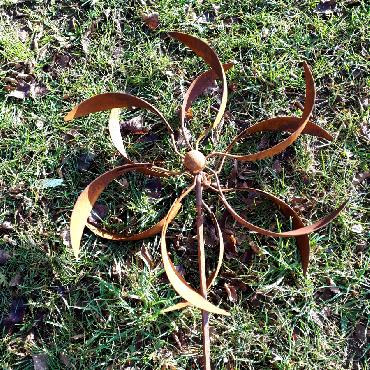 Eolienne feuilles diamètre 55 cm à piquer en fer rouillé