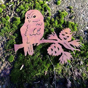 Chouette sur branche pomme de pin à visser en fer rouillé