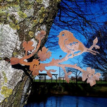 Oiseau mésange sur branche fleurie à visser en fer rouillé