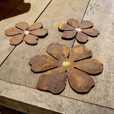 Petites et grande fleurs avec pique en fer rouillé