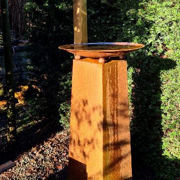 Bain d'oiseaux sur colonne H112xD50cm à poser en fer rouillé