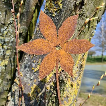 Fleur clématite L32cm avec tige de fixation en fer rouillé