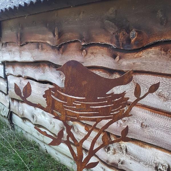 Oiseau dans nid à piquer